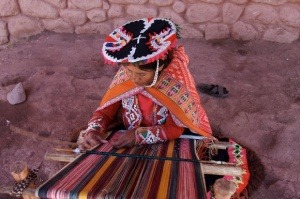 Andean weaver at work, Photo by Aaron Logan – Almofate's Pinterest «Textile Purposes» board cover